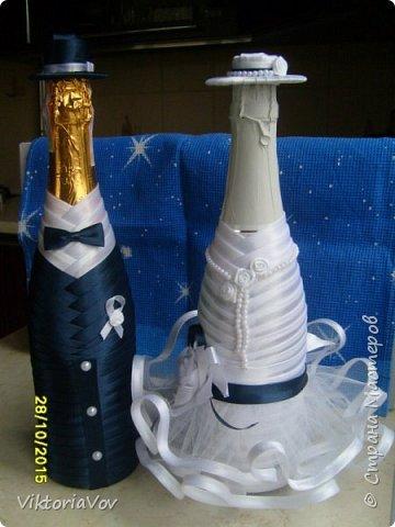 Привет всем, кто сейчас бодрствует! Хочу показать вам свои следующие работы.  Это чехлы на свадебные бутылочки в темно-синем цвете как заказала невеста, чтобы еще было сходство с ее платьем и костюмом жениха. Невесте очень понравилось. фото 2