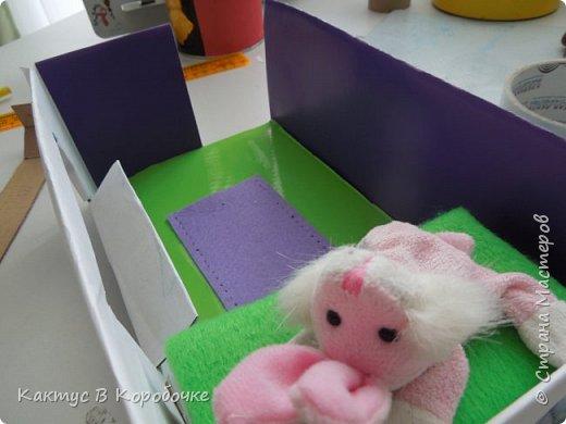 Добрый час)   Не так давно меня заинтересовала идея создания игрушечных домиков для кукол. Проблема заключалась в том, что желание создать что-то такое было, а кукол - не было :) Но я все-таки начала создавать комнату, решив, что ее обитатель найдется как-нибудь сам :D Сначала я вспомнила, что у моей бабушки остались куклы еще времен прошлого века, но ждать не хотелось, и в первую комнату заехала лошадка Игогоша =О фото 13