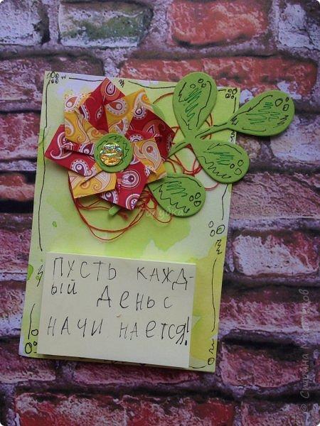 """А это результаты сегодняшней встречи с ребятами. Магнит напоминалка. Цветок в технике оригами """" базовая фигура воздушный змей"""". Фон окрашивали акваспреями Фабрики декору. Но не брызгали, а капали пипетками. фото 12"""