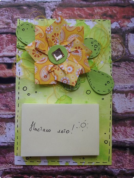 """А это результаты сегодняшней встречи с ребятами. Магнит напоминалка. Цветок в технике оригами """" базовая фигура воздушный змей"""". Фон окрашивали акваспреями Фабрики декору. Но не брызгали, а капали пипетками. фото 9"""