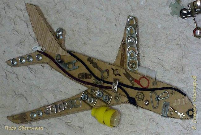 Первым делом, первым делом- самолёты!!! Вот и сбылась мечта папы получить в подарок от дочери самолёт.... Работа выполнена Пашаниной Юлией, 6 класс. В её любимой технике хлам-дизайн. фото 5