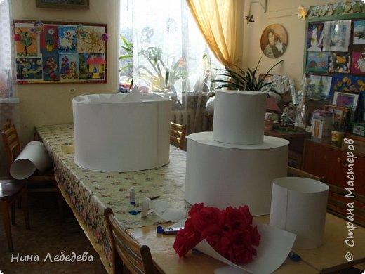 Нашему Дому Детского Творчества в этом году - 60 лет! К юбилейному празднику сему нас озадачили сделать бооольшой торт из бумаги для оформления окончания концерта... фото 3