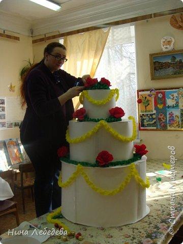 Нашему Дому Детского Творчества в этом году - 60 лет! К юбилейному празднику сему нас озадачили сделать бооольшой торт из бумаги для оформления окончания концерта... фото 4