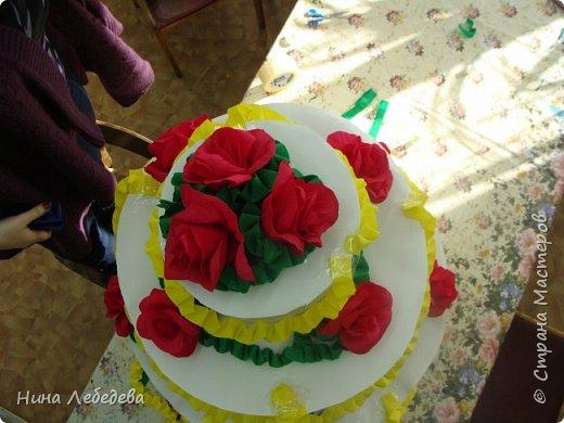 Нашему Дому Детского Творчества в этом году - 60 лет! К юбилейному празднику сему нас озадачили сделать бооольшой торт из бумаги для оформления окончания концерта... фото 5