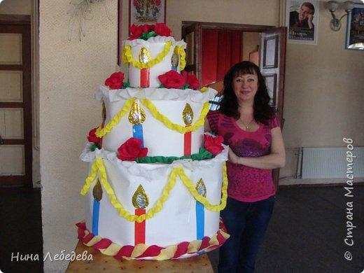 Нашему Дому Детского Творчества в этом году - 60 лет! К юбилейному празднику сему нас озадачили сделать бооольшой торт из бумаги для оформления окончания концерта... фото 6
