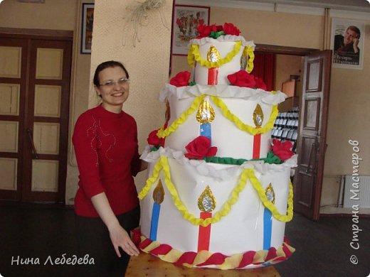 Нашему Дому Детского Творчества в этом году - 60 лет! К юбилейному празднику сему нас озадачили сделать бооольшой торт из бумаги для оформления окончания концерта... фото 1