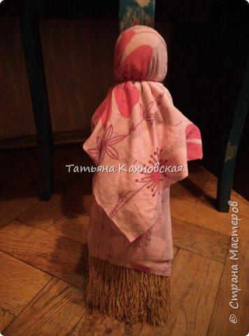 В доме нашла веничек маленький.Мысль пришла нарядить,одеть  и сделать Метлушку.Взяла старые лоскутки ,рукава  для нижней рубахи,платье -для сарафана  и платка,рук,и белый лоскуток для головы,лица.,для формы головы взяла наполнитель  волокно шерсть100% и нить х/б ирис.Прочитала,что многие отказываются от использования красной нити и обережного креста,но я  мыслю иначе,:Метлушка чистит,а значит,после чистки,всё чисто и чистоту надобно защитить и сохранить силушкой обереговой... фото 4