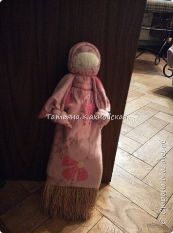 В доме нашла веничек маленький.Мысль пришла нарядить,одеть  и сделать Метлушку.Взяла старые лоскутки ,рукава  для нижней рубахи,платье -для сарафана  и платка,рук,и белый лоскуток для головы,лица.,для формы головы взяла наполнитель  волокно шерсть100% и нить х/б ирис.Прочитала,что многие отказываются от использования красной нити и обережного креста,но я  мыслю иначе,:Метлушка чистит,а значит,после чистки,всё чисто и чистоту надобно защитить и сохранить силушкой обереговой... фото 2