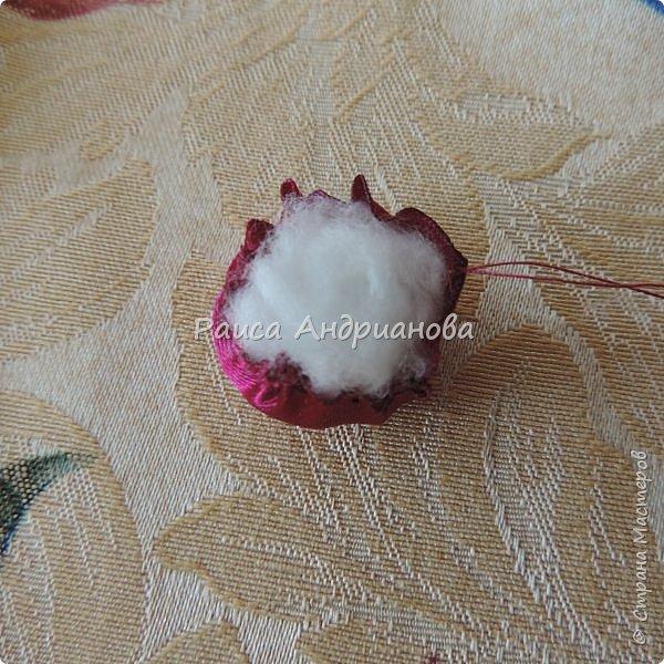 Понадобится: лента вишневого цвета (5см) для ягод , лента зеленого цвета ( 2,5см и 0,6см) для листьев и черешков , нитки мулине для веточек. фото 3