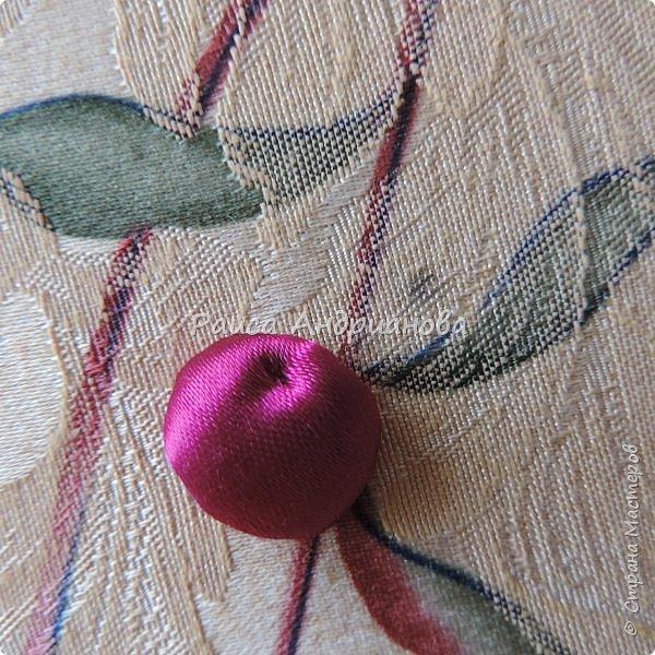 Понадобится: лента вишневого цвета (5см) для ягод , лента зеленого цвета ( 2,5см и 0,6см) для листьев и черешков , нитки мулине для веточек. фото 7