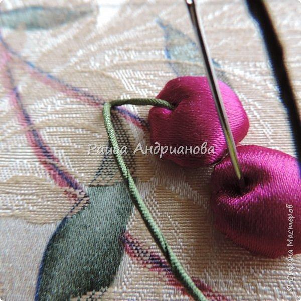 Понадобится: лента вишневого цвета (5см) для ягод , лента зеленого цвета ( 2,5см и 0,6см) для листьев и черешков , нитки мулине для веточек. фото 8