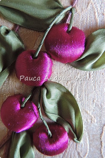 Понадобится: лента вишневого цвета (5см) для ягод , лента зеленого цвета ( 2,5см и 0,6см) для листьев и черешков , нитки мулине для веточек. фото 9