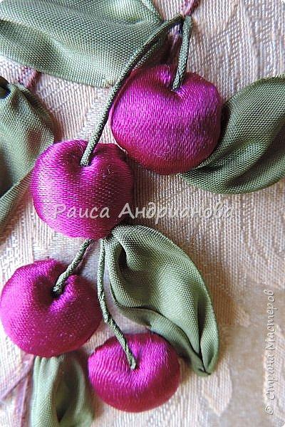 Понадобится: лента вишневого цвета (5см) для ягод , лента зеленого цвета ( 2,5см и 0,6см) для листьев и черешков , нитки мулине для веточек. фото 1