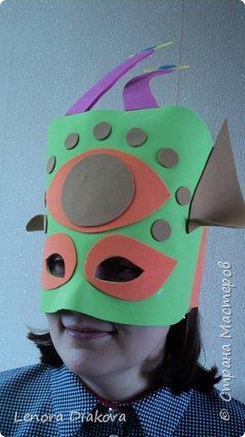 """Добрый день всем! Прошёл замечательный праздник и я спешу поделиться новыми костюмами, вернее масками. Так уж получилось, что тема на день защиты детей была определена за неделю до праздника - """"Галактика детства"""". Предполагалось путешествие по планетам. Никак не могли придумать, из чего сделать маски для пришельцев, пока не заглянула к себе в шкаф. А в нём уже полгода лежит китайский толстый фоамиран. Для цветов совсем не подошёл. Что с ним делать не знала, вот и благополучно про него забыла. Ну а сейчас его звёздный час пришёл! Что ж, приступим. фото 24"""