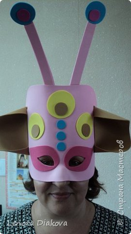 """Добрый день всем! Прошёл замечательный праздник и я спешу поделиться новыми костюмами, вернее масками. Так уж получилось, что тема на день защиты детей была определена за неделю до праздника - """"Галактика детства"""". Предполагалось путешествие по планетам. Никак не могли придумать, из чего сделать маски для пришельцев, пока не заглянула к себе в шкаф. А в нём уже полгода лежит китайский толстый фоамиран. Для цветов совсем не подошёл. Что с ним делать не знала, вот и благополучно про него забыла. Ну а сейчас его звёздный час пришёл! Что ж, приступим. фото 25"""