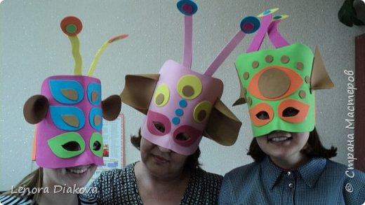 """Добрый день всем! Прошёл замечательный праздник и я спешу поделиться новыми костюмами, вернее масками. Так уж получилось, что тема на день защиты детей была определена за неделю до праздника - """"Галактика детства"""". Предполагалось путешествие по планетам. Никак не могли придумать, из чего сделать маски для пришельцев, пока не заглянула к себе в шкаф. А в нём уже полгода лежит китайский толстый фоамиран. Для цветов совсем не подошёл. Что с ним делать не знала, вот и благополучно про него забыла. Ну а сейчас его звёздный час пришёл! Что ж, приступим. фото 35"""