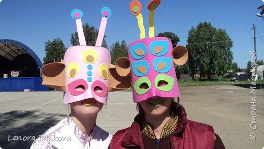 """Добрый день всем! Прошёл замечательный праздник и я спешу поделиться новыми костюмами, вернее масками. Так уж получилось, что тема на день защиты детей была определена за неделю до праздника - """"Галактика детства"""". Предполагалось путешествие по планетам. Никак не могли придумать, из чего сделать маски для пришельцев, пока не заглянула к себе в шкаф. А в нём уже полгода лежит китайский толстый фоамиран. Для цветов совсем не подошёл. Что с ним делать не знала, вот и благополучно про него забыла. Ну а сейчас его звёздный час пришёл! Что ж, приступим. фото 27"""
