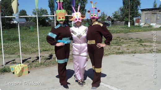 """Добрый день всем! Прошёл замечательный праздник и я спешу поделиться новыми костюмами, вернее масками. Так уж получилось, что тема на день защиты детей была определена за неделю до праздника - """"Галактика детства"""". Предполагалось путешествие по планетам. Никак не могли придумать, из чего сделать маски для пришельцев, пока не заглянула к себе в шкаф. А в нём уже полгода лежит китайский толстый фоамиран. Для цветов совсем не подошёл. Что с ним делать не знала, вот и благополучно про него забыла. Ну а сейчас его звёздный час пришёл! Что ж, приступим. фото 30"""