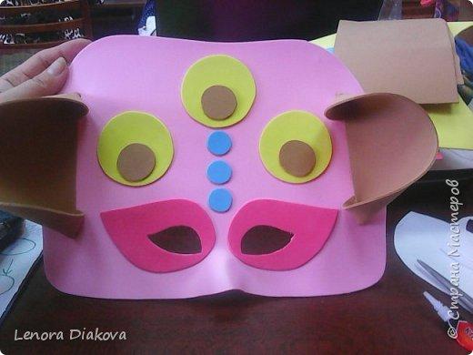 """Добрый день всем! Прошёл замечательный праздник и я спешу поделиться новыми костюмами, вернее масками. Так уж получилось, что тема на день защиты детей была определена за неделю до праздника - """"Галактика детства"""". Предполагалось путешествие по планетам. Никак не могли придумать, из чего сделать маски для пришельцев, пока не заглянула к себе в шкаф. А в нём уже полгода лежит китайский толстый фоамиран. Для цветов совсем не подошёл. Что с ним делать не знала, вот и благополучно про него забыла. Ну а сейчас его звёздный час пришёл! Что ж, приступим. фото 22"""