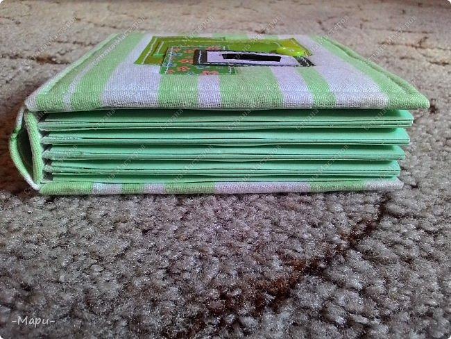 Привет, Страна Мастеров! Это альбом для хранения дисков с семейными с фото, их будет еще несколько. Альбом 12,5*12,5, корешок 3,5, 5 разворотов, вмещает 10 дисков, переплет: прошитый на швейной машинке, обложка тканная: хлопок. фото 5