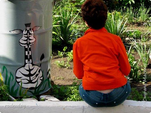 Недавно я рисовала на камнях. теперь пошли в ход бочки для воды,которые стоят под стоками. Почему бы не украсить?   Что рисовать на бочках?Конечно любимые мультяшные персонажи. фото 9