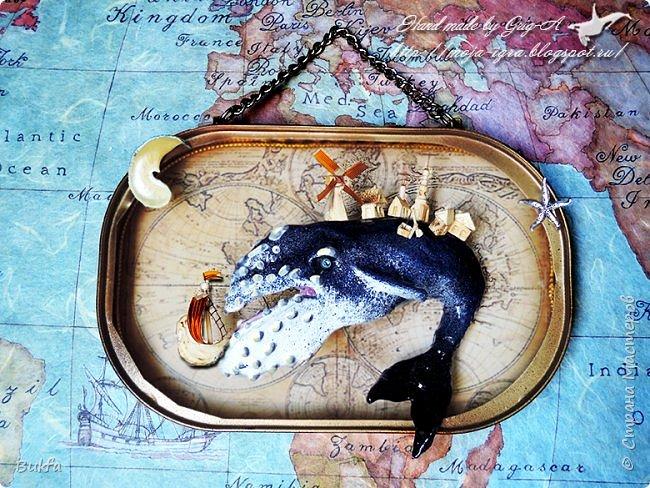 """Всем морской привет! Сегодня маленькая быстрая работа Игоря. Почему быстрая?.. Потому что всё, что связано с морем очень нравится мужу, для него удовольствие - делать морские работы. Море - это его стихия! И эту работу он сделал за два дня, учитывая сушку изделия. А вот оно - изделие SEAбокс! Это консервированный Чудо-юдо Рыба-кит - старая сказка.))) Помните сказку П.Ершова """"Конек-Горбунок"""", как путешествовали к морю Иван на коньке за перстнем Царь-девицы."""