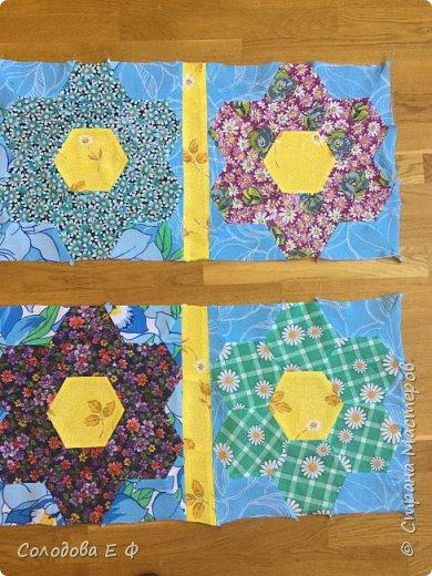 """Одеяло в технике """"бабушкин сад"""". Давно собиралась опробовать эту технику. А во время весенней уборки обнаружила ненужную простыню и мешок с ситцевыми остатками. Лоскутки решила положить к другим на законное место, а они в коробку не влезают! фото 4"""