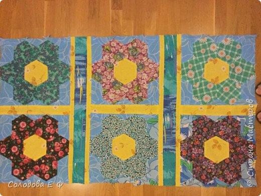 """Одеяло в технике """"бабушкин сад"""". Давно собиралась опробовать эту технику. А во время весенней уборки обнаружила ненужную простыню и мешок с ситцевыми остатками. Лоскутки решила положить к другим на законное место, а они в коробку не влезают! фото 5"""