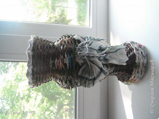 Плела на подарок. Моя первая проба оплетения вазы и вставки из текстиля. Я использовала для нее старый шарф. Конечно кривенько, но одаряемым понравилась. фото 3