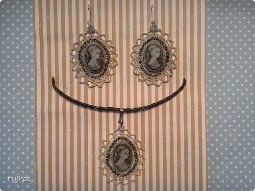 Самая популярная мода летом ,крупные воздушные с натуральными камнями и чешскими стразами кружевные серьги и шейные украшения. Вот решила я поделиться с Вами мастерицы.Сплела на коклюшках летние украшения. Серьги из серого льна с камнем малахит. фото 4