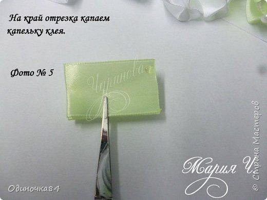 Для изготовления  2х бантов потребуется: 1) лента 2,5см салатного цвета 8,40 м 2) лента 2,5см белого цвета 4,80 м 3) полубусины салатного цвета 48шт 4) полубусины белого цвета 48 шт. 5) горячий клей 6) фетровая основа 4см  фото 6