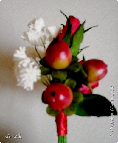 """Всем приветики. Отгремели последние звонки и выпускные и можноо трошки передохнуть и потихонечку готовиться к свадебному сезону. Выставляю на суд последнюю свою работу, свадебный комплектик """"Розы Кармен"""".  Шпильки с мини букетиками: бутонная Роза + веточка Гибсофилы + ягодка Гиперикума  и в тон шпилькам бутоньерка : Три ягодки Гиперикума + две веточки Гибсофилы + Бутон и Розочка. Результат мне понравился и заказчице тоже.  фото 10"""