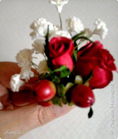 """Всем приветики. Отгремели последние звонки и выпускные и можноо трошки передохнуть и потихонечку готовиться к свадебному сезону. Выставляю на суд последнюю свою работу, свадебный комплектик """"Розы Кармен"""".  Шпильки с мини букетиками: бутонная Роза + веточка Гибсофилы + ягодка Гиперикума  и в тон шпилькам бутоньерка : Три ягодки Гиперикума + две веточки Гибсофилы + Бутон и Розочка. Результат мне понравился и заказчице тоже.  фото 9"""