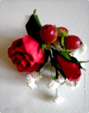 """Всем приветики. Отгремели последние звонки и выпускные и можноо трошки передохнуть и потихонечку готовиться к свадебному сезону. Выставляю на суд последнюю свою работу, свадебный комплектик """"Розы Кармен"""".  Шпильки с мини букетиками: бутонная Роза + веточка Гибсофилы + ягодка Гиперикума  и в тон шпилькам бутоньерка : Три ягодки Гиперикума + две веточки Гибсофилы + Бутон и Розочка. Результат мне понравился и заказчице тоже.  фото 11"""