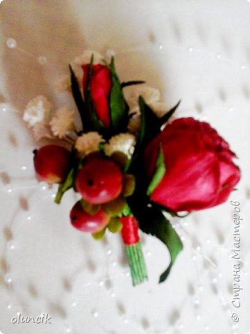 """Всем приветики. Отгремели последние звонки и выпускные и можноо трошки передохнуть и потихонечку готовиться к свадебному сезону. Выставляю на суд последнюю свою работу, свадебный комплектик """"Розы Кармен"""".  Шпильки с мини букетиками: бутонная Роза + веточка Гибсофилы + ягодка Гиперикума  и в тон шпилькам бутоньерка : Три ягодки Гиперикума + две веточки Гибсофилы + Бутон и Розочка. Результат мне понравился и заказчице тоже.  фото 8"""