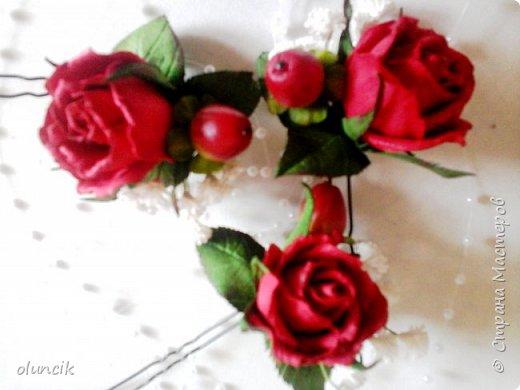 """Всем приветики. Отгремели последние звонки и выпускные и можноо трошки передохнуть и потихонечку готовиться к свадебному сезону. Выставляю на суд последнюю свою работу, свадебный комплектик """"Розы Кармен"""".  Шпильки с мини букетиками: бутонная Роза + веточка Гибсофилы + ягодка Гиперикума  и в тон шпилькам бутоньерка : Три ягодки Гиперикума + две веточки Гибсофилы + Бутон и Розочка. Результат мне понравился и заказчице тоже.  фото 6"""