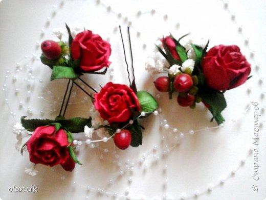 """Всем приветики. Отгремели последние звонки и выпускные и можноо трошки передохнуть и потихонечку готовиться к свадебному сезону. Выставляю на суд последнюю свою работу, свадебный комплектик """"Розы Кармен"""".  Шпильки с мини букетиками: бутонная Роза + веточка Гибсофилы + ягодка Гиперикума  и в тон шпилькам бутоньерка : Три ягодки Гиперикума + две веточки Гибсофилы + Бутон и Розочка. Результат мне понравился и заказчице тоже.  фото 12"""