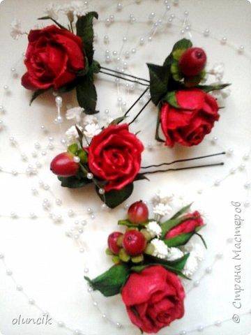 """Всем приветики. Отгремели последние звонки и выпускные и можноо трошки передохнуть и потихонечку готовиться к свадебному сезону. Выставляю на суд последнюю свою работу, свадебный комплектик """"Розы Кармен"""".  Шпильки с мини букетиками: бутонная Роза + веточка Гибсофилы + ягодка Гиперикума  и в тон шпилькам бутоньерка : Три ягодки Гиперикума + две веточки Гибсофилы + Бутон и Розочка. Результат мне понравился и заказчице тоже.  фото 13"""