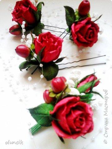 """Всем приветики. Отгремели последние звонки и выпускные и можноо трошки передохнуть и потихонечку готовиться к свадебному сезону. Выставляю на суд последнюю свою работу, свадебный комплектик """"Розы Кармен"""".  Шпильки с мини букетиками: бутонная Роза + веточка Гибсофилы + ягодка Гиперикума  и в тон шпилькам бутоньерка : Три ягодки Гиперикума + две веточки Гибсофилы + Бутон и Розочка. Результат мне понравился и заказчице тоже.  фото 2"""