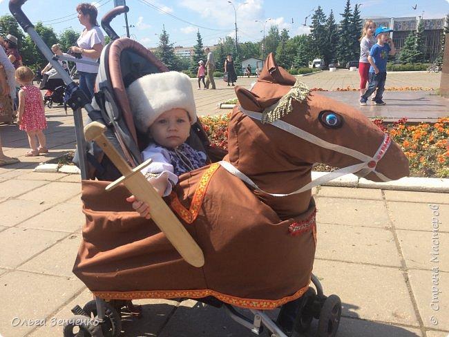 Парад колясок в г.Одинцово. Потомственный казак Олег на своём коне. Ни один приз мы , конечно, не получили. Но главное, куча положительных эмоций, восторг и восхищение окружающих - вот главная награда!!! Спасибо всем! фото 1