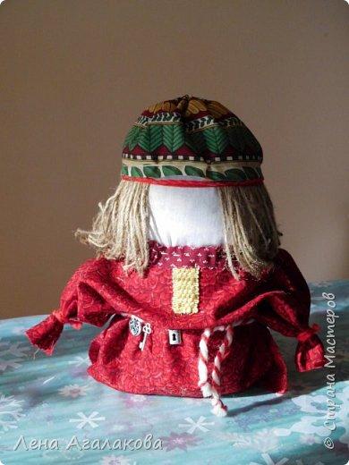Доброе утро!  Сегодня иду на день рождение с подарком... крупяная кукла-оберег Богач на благополучие, на счастье.  Народная славянская кукла-оберег Богач защищает благополучие семьи, привлекает в дом достаток, охраняет дом, бережет в нём порядок и гармонию, служит оберегом хозяину дома. В основе куклы мешочек, наполненный зерном (пшеницей, гречкой, пшеном, горохом, рисом), ведь раньше, в крестьянских семьях, главным богатством был урожай зерна.  Одежда из натуральных материалов ярких осенних расцветок, так как образ Богача тесно связан со временем сбора урожая. Еще внутрь кладут монетки , а на поясе ключик и замочек, ведь богач приглядывает за хозяйством....