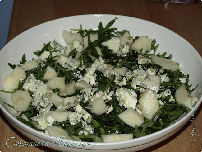 Лето...жара, хочется чего-то лёгкого и полезного. А пожалуйста! Предлагаю несколько салатиков. Первый салат: печеная свекла, салат айсберг, брынза, семечки, растительное масло. фото 3