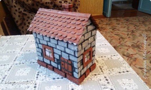Шкатулка сделана из гофро-картона, оклеенного изнутри самоклейкой. Кирпичики - тоже картон, сверху оклеила салфетками, прокрасила стыки черной краской, кирпичи - несколькими оттенками от серого до белого.Крыша - картон тонкий. фото 1