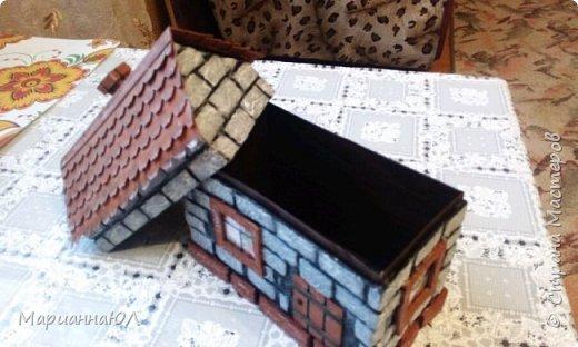 Шкатулка сделана из гофро-картона, оклеенного изнутри самоклейкой. Кирпичики - тоже картон, сверху оклеила салфетками, прокрасила стыки черной краской, кирпичи - несколькими оттенками от серого до белого.Крыша - картон тонкий. фото 2