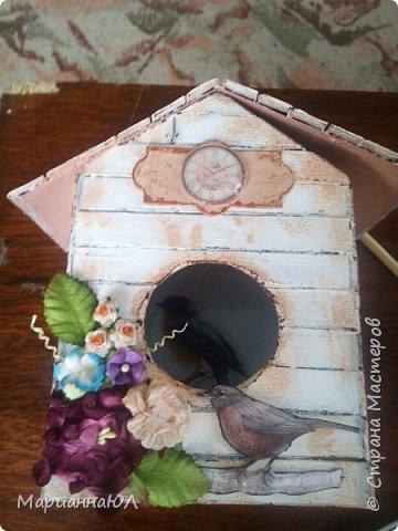 Подарок племяннице на ДР. Основа - коробка из под сока, оклеена досочками из картона, покрашена акриловой краской в технике шебби-шик, украшалки: фишка с часами, птичка из картона, цветы бумажные, внутри гнездо из перьев и еще одна птичка фото 2