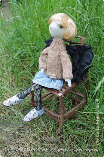 Вот такой вот получился) МК по крыльям есть у меня в блоге, глазки вышиты нитками мулине,  свитерок вязала по МК Мирабэлы  http://stranamasterov.ru/node/688855  стул сделала из виноградной лозы - осталось немного после обрезки фото 5