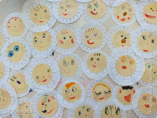 Здравствуйте! Мы с ребятами средней группы (4-5 лет) учились изображать лица. Вот, что у нас получилось. Нам понравилось!  Рисовали фломастерами, румянили настоящими румянами, наклеивали на кружевную салфетку (небольшого диаметра: как чепчики или платочки... фото 2