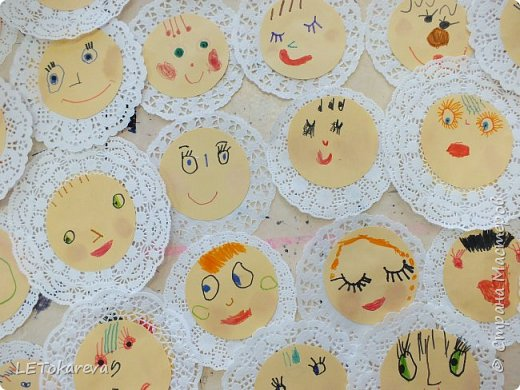Здравствуйте! Мы с ребятами средней группы (4-5 лет) учились изображать лица. Вот, что у нас получилось. Нам понравилось!  Рисовали фломастерами, румянили настоящими румянами, наклеивали на кружевную салфетку (небольшого диаметра: как чепчики или платочки... фото 1