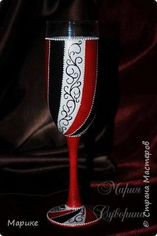 Доброго времени суток, мастера и мастерицы! В продолжении темы черно-бело-красная мания делюсь ещё несколькими своими работами. Эта бутылочка используется сейчас в качестве вазы. фото 2