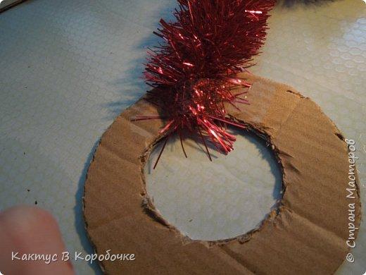 Добрый час!   Сегодня я предлагаю изготовить веночки из мишуры. Такими веночками можно поздравить с окончанием учебного года, или, например, с Новым годом, так как планировалось, что этот мастер-класс я опубликую в декабре прошлого года (но тогда меня еще не было в СМ))). А можно просто повесить в комнате, и они будут радовать глаз :)  Итак, для создания веночка нам понадобится:   - кусок плотного картона - мишура  - клей ПВА и кисточка для него  - Блестяшки, ленточка   - Циркуль  - Скотч (который я забыла сфоткать))  - Ножницы или резак для бумаги.  Зачем ручка, я объясню потом) фото 5